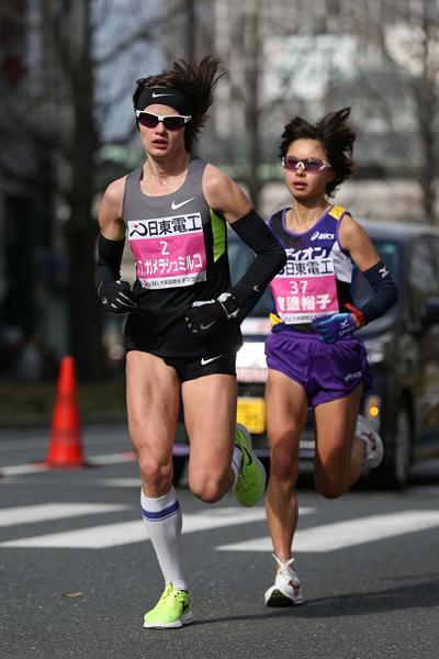 Ukraine's Tetyana Gamera-Shmyrko and Japan's Kayoko Fukushi during the 2013 Osaka Women's Marathon (Yohei Kamiyama - Agence SHOT)