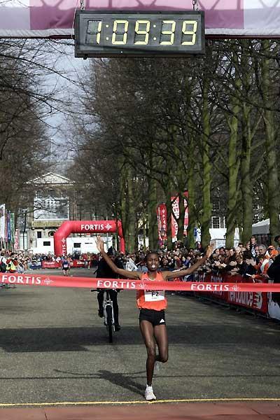Hilde Kibet wins the women's race at the 2007 Fortis City-Pier-City Half Marathon (loc)