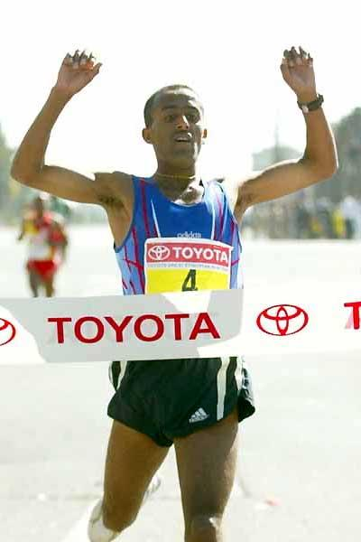 Abebe Dinkesa victorious in the men's race in the 2004 Great Ethiopian Run (Mark Shearman)