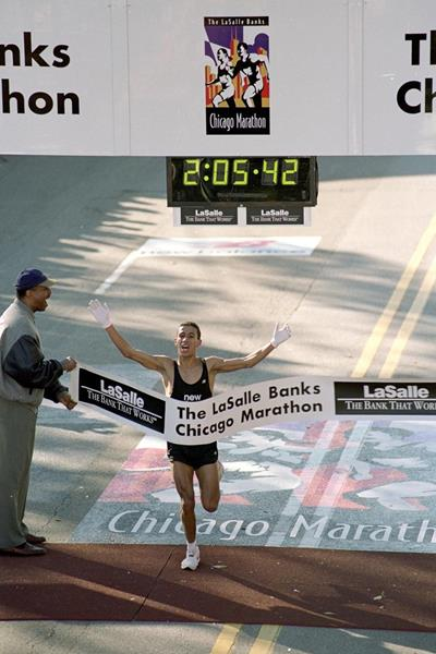 Khalid Khannouchi winning the 1999 Chicago Marathon in a world record time (Getty Images)