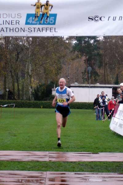 Olaf Beyer brings home 'Team 2008' to victory in the Kondius Berliner Marathon-Staffel (loc)