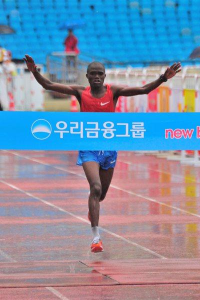 James Kwambai winning the 2011 JoongAng Seoul Marathon (Sean Wallace Jones)