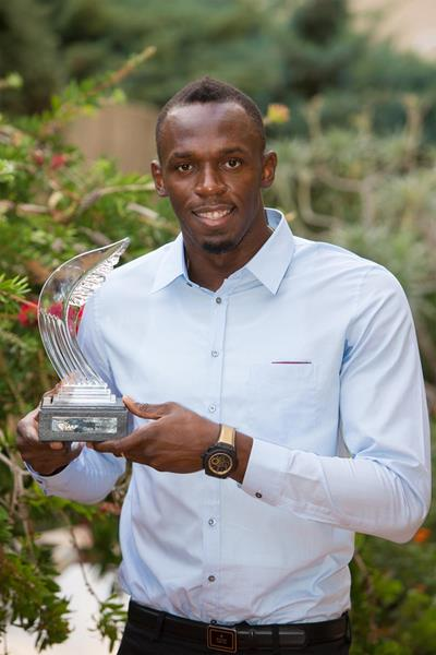Usain Bolt with his 2013 IAAF World Athlete of the Year award (Philippe Fitte)