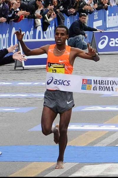 Running barefoot for the last 300m, Siraj Gena of Ethiopia takes the 2010 Rome Marathon title (Michele D' Annibale)