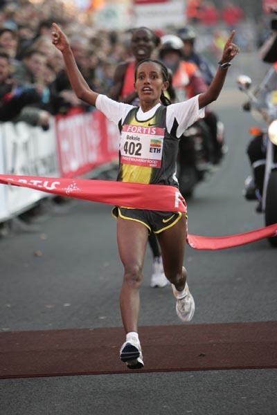 Bizunesh Bekele takes an upset victory over Lornah Kiplagat in Nijmegen (Aktiefoto)