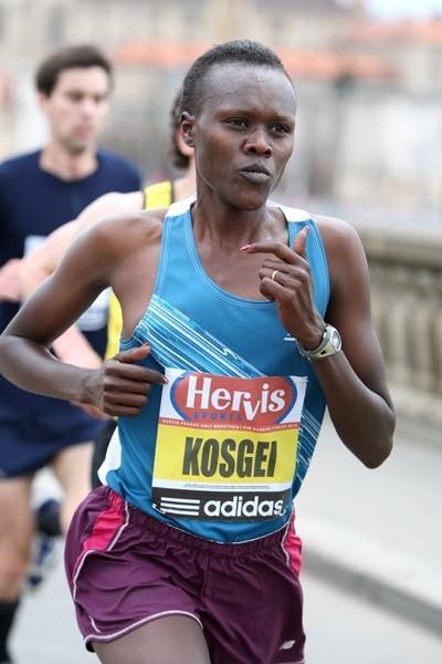 Rose Kosgei defending her title at the 2010 Hervis Prague Half Marathon (Victah Sailer)