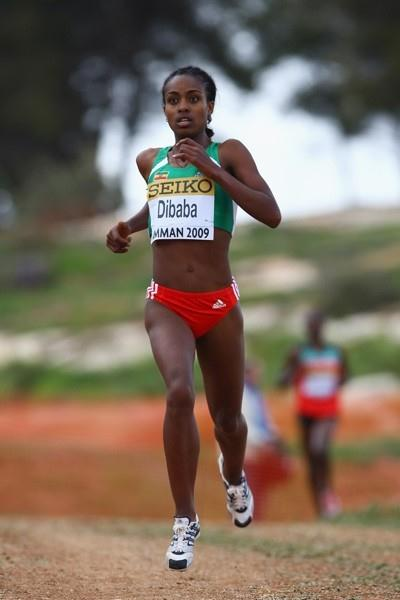 Genzebe Dibaba makes a break from Mercy Cherono in the junior women's race (Getty Images)