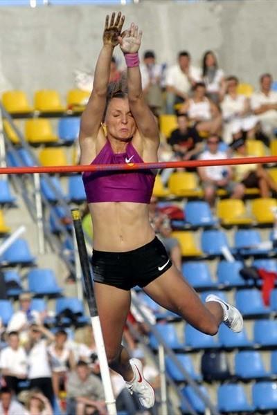 Anna Rogowska scales 4.71m in Bydgoszcz (Piotr Sumara)