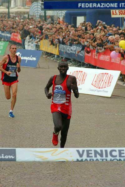 Kipkoech heads Goffi at 2004 Venice Marathon (Lorenzo Sampaolo)