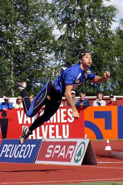Pitkämäki flies through the air in Kuortane (Paula Noronen)