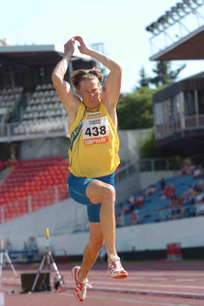 Christian Olsson improves to 17.40 in Prague (Hasse Sjogren/Deca)