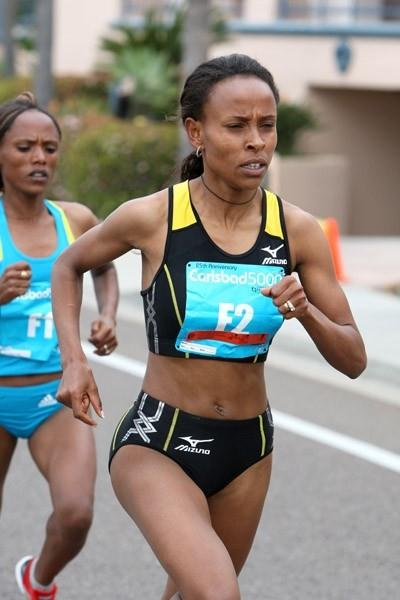 Meseret Defar on the way to her third Carlsbad 5000m road race victory (Victah Sailer)