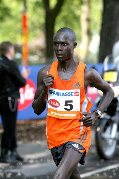 Luke Kibet en route to his 2:10:07 Vienna victory (Victah Sailer)