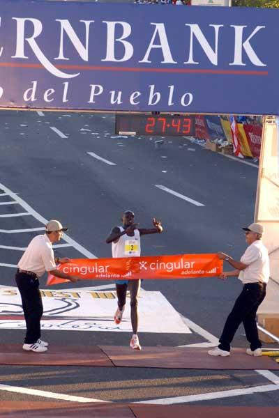 Wilson Kiprotich breasts the finishing tape in San Juan (islandphoto)
