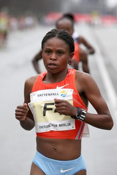 Pasalia Kipkoech on her way to victory in the women's race at 2010 Vattenfall Berlin Half Marathon (Victah Sailer/photorun.net)