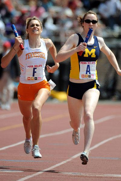 Sarah Bowman of Tennessee and Nicole Edwards of Michigan battle it out in the final strides of the 4x1500m Relay (Kirby Lee)