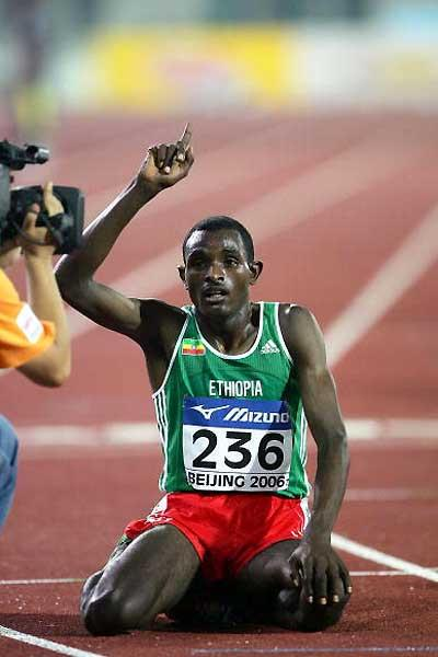 Ibrahim Gashu (ETH) salutes his 10,000m win in Beijing (Getty Images)