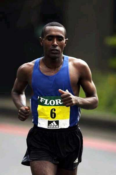 Tesfaye Tola running in the 2002 London Marathon (Getty Images)