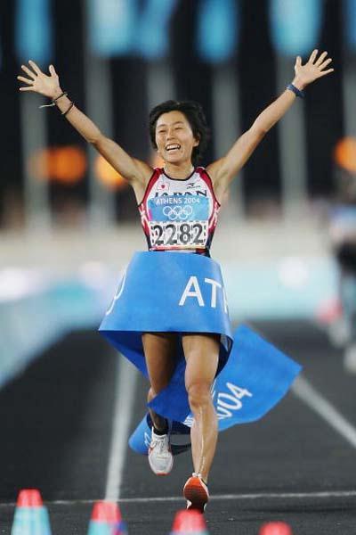 Mizuko Noguchi of Japan celebrates winning the women's Marathon (Getty Images)
