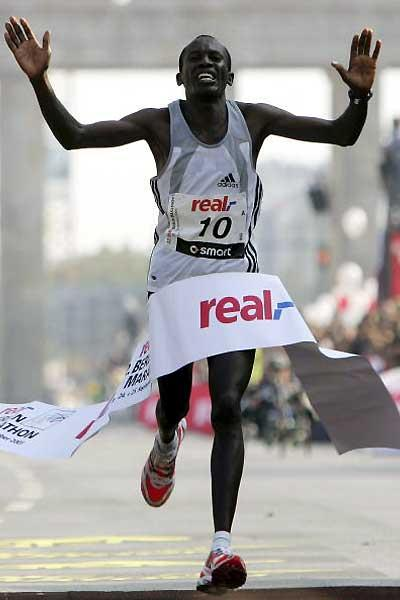 Philip Manyim with 2:07:41 wins the 2005 Berlin Marathon (Getty Images / Bongarts)