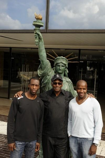 Michael Johnson, Bob Beamon and Donovan Bailey in Paris, pose behind a minature of the Statue of Liberty (DPPI / S.Kempinaire)