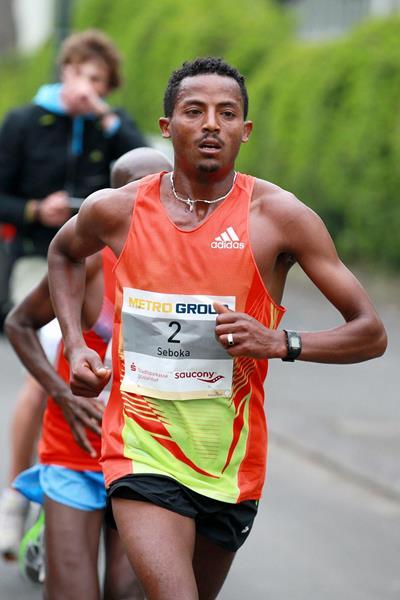 Seboka Dibaba at the Dusseldorf Marathon (Victah Sailer)