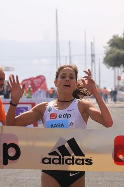 After a solo run, Kara Goucher hangs on to win the Lisbon EDP Half Marathon (Marcelino Almeida)