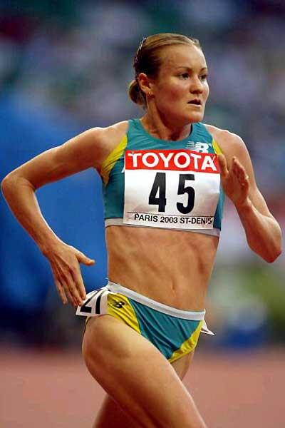 Benita Johnson on her way to an Australian 10,000m record in Paris 2003 (Getty Images)