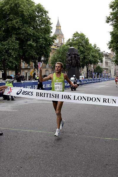 Stefano Baldini crosses the line in the London at the British 10km in 2007 (Victah Sailer)