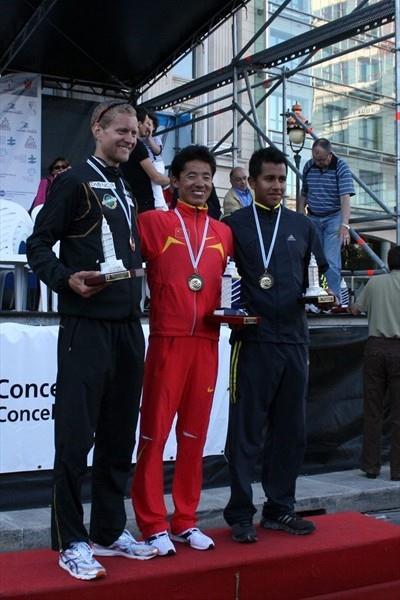 La Coruña men's podium: Runner-up Eric Tysse, winner Yafei Chu and Eder Sánchez (Luis Francisco Fiaño)