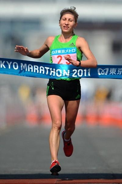 Tatyana Arysova of Russia takes a come-from-behind victory in Tokyo clocking 2:27:29 (Agence SHOT)