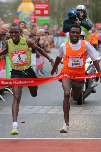 Couldn't be much closer! Sileshi Sihine (r) outleans Nicholas Kiprono in Nijmegen (Aktiefoto)
