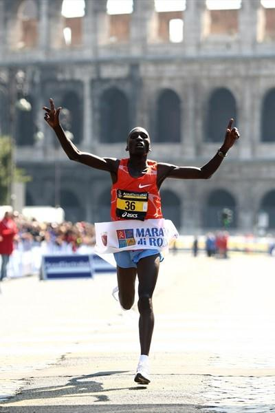 Benjamin Kiptoo sets an Italian all-comers record of 2:07:17 at the 2009 Rome Marathon (Giancarlo Colombo)
