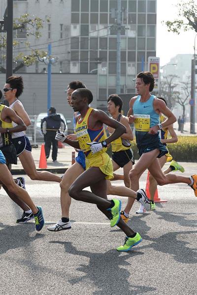Martin Mathathi en route to winning at the 2014 Marugame Half Marathon (Masamichi Makino (Getsuriku))