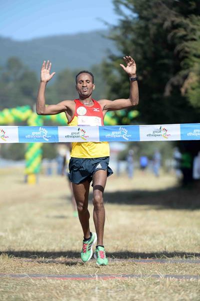 Atsedu Tsegay winning the 2013 Great Ethiopian Run (Jiro Mochizuki)