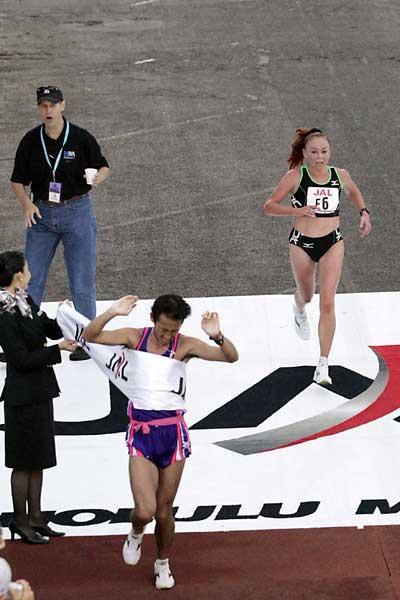 Olesya Nurgalieva winning the women's race at the 2005 Honolulu Marathon (Getty Images)