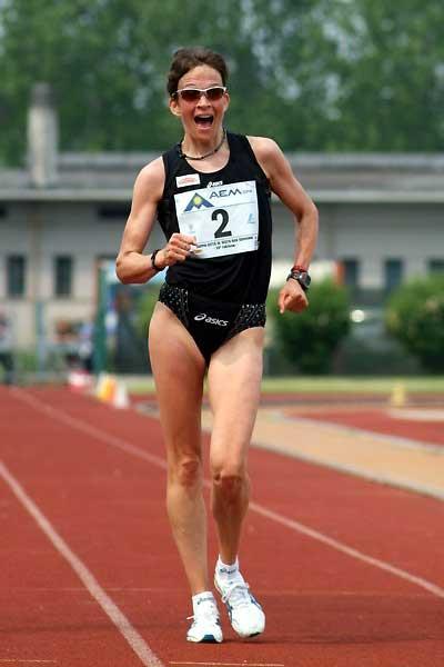 A joyful Kjersti Plätzer about to set a national record in Sesto San Giovanni (1:27:41) (Lorenzo Sampaolo)