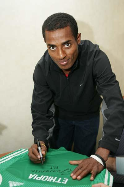 Kenenisa Bekele donates World Championships vest to the IAAF (Getty Images)