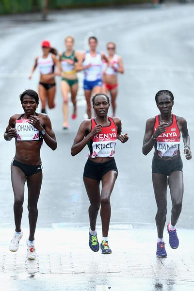 Flomena Cheyech Daniel (right) on her way to Commonwealth marathon gold (Getty Images)