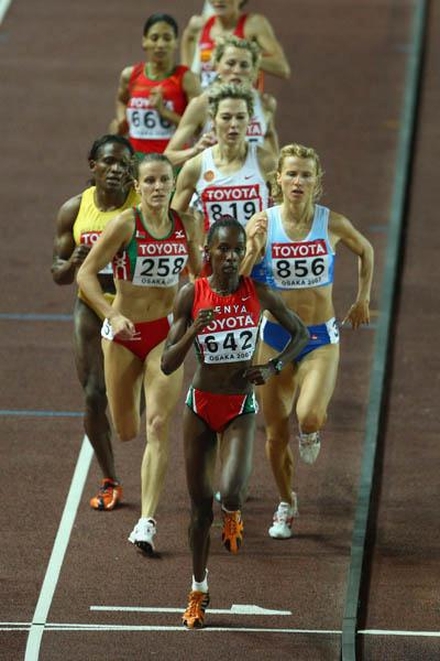 Janeth Jepkosgei leading the pack from gun to tape in the women's 800m final (Getty Images)
