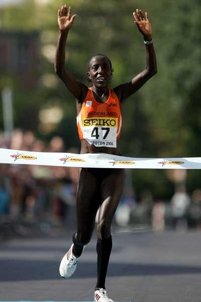 Lornah Kiplagat wins the inaugural World Raoad Running Champs (Getty Images)