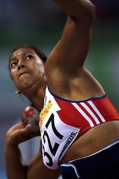 Cuba's Misleydis González shot putting in the Pan Ams (AFP / Getty Images)