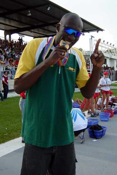 Redelen dos Santos after winning the 110mH at the 2003 S. Amer. champs (Eduardo Biscayart)