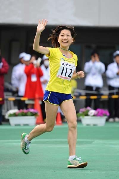 Naoko Takahashi waves goodbye in her last ever marathon - Nagoya women's marathon 2009 (Kazutaka Eguchi/Agence SHOT)