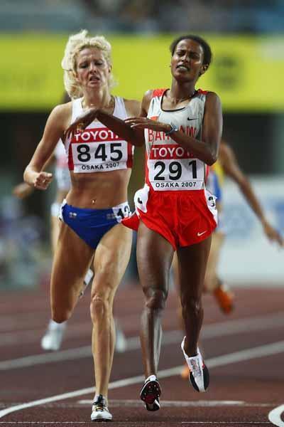 Maryam Yusuf Jamal of  Bahrain and Yelena Soboleva of Russia during the 1500m Final (Getty Images)