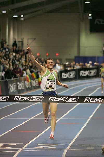 Craig Mottram (AUS) salutes his 3000m win in Boston (Victah Sailer)