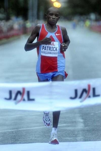 Patrick Ivuti (Kenya) wins the 2008 Honolulu Marathon (Ronen Zilberman/Honolulu Marathon)