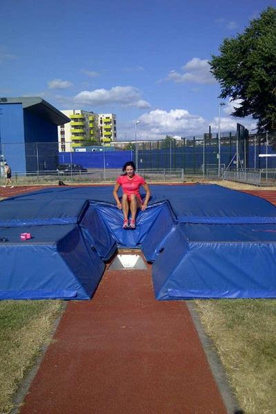 Jenn Suhr in the pink at London's Mile End Stadium ()