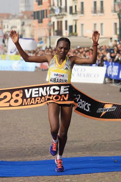 Mercy Kibarus wins the women's race at the 2013 Venice Marathon (Jean-Pierre Durand)