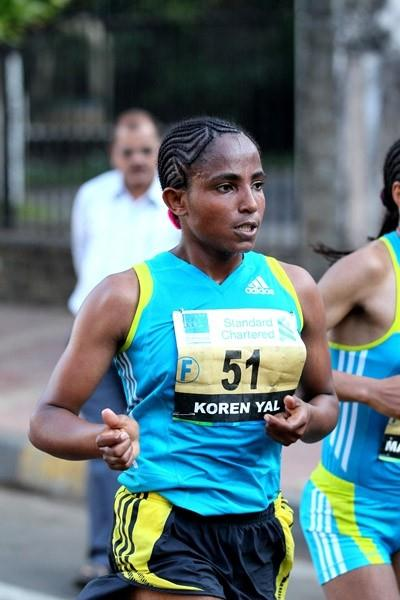 Ethiopian Koren Yal en route to her 2:26:56 course record in Mumbai (Victah Sailer)